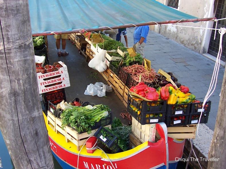 Venecia mercadillo barco verduras
